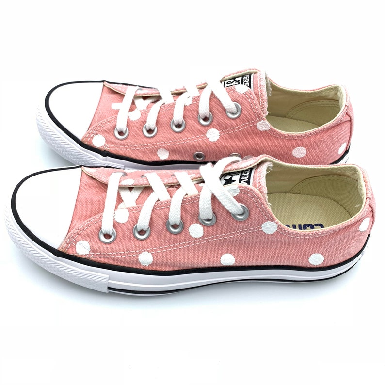 a52f810b087837 QUARTZ PINK Converse with Hand Painted White Polka Dots