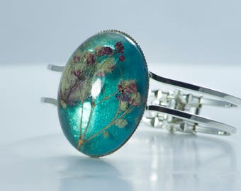 Turquoise bracelet with  Baby's Breath in resin.