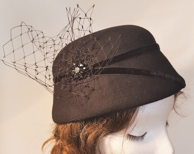 Free DHL upgrade! Black Felt Cloche Hat Veiling Vintage Brooch Autumn Winter Evening Hat Theater Headpiece Elegant Xmas Gift for Her - JCN