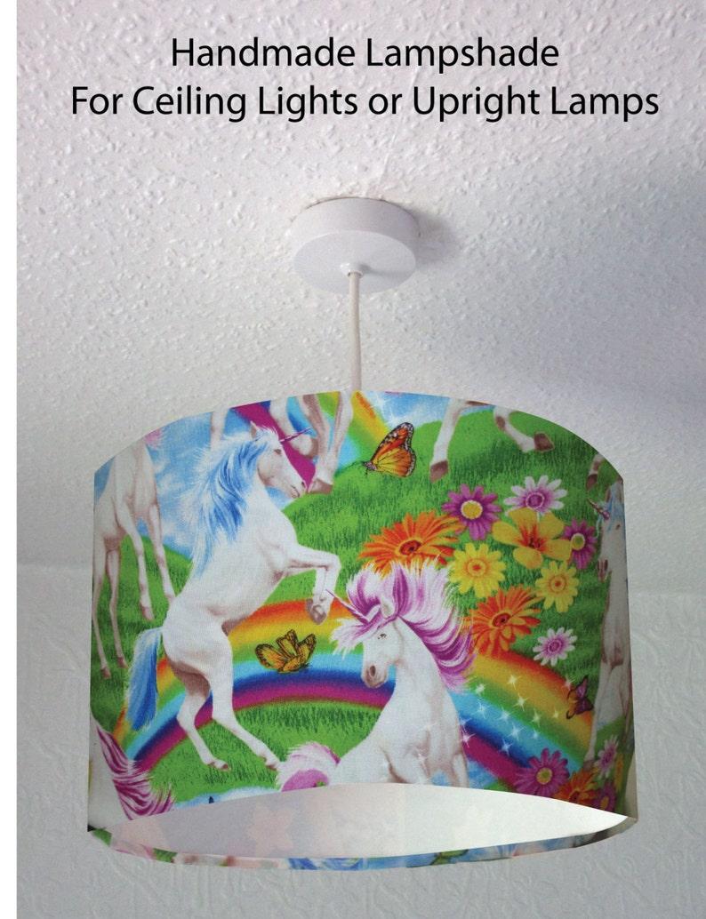 Blanco no creo en humanos Unicornio /& Arco Iris PVC Llavero Cadena 10 Cm