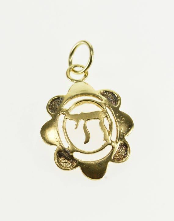 14k Oval Scalloped Chai Jewish Symbol Charmpendant Gold
