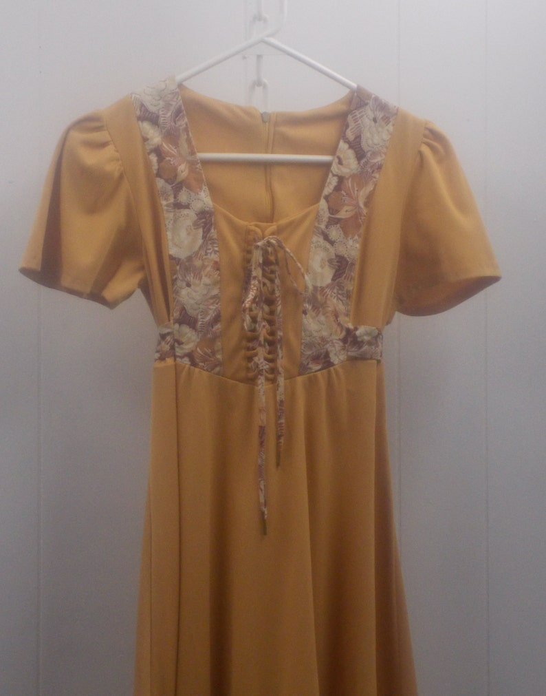 70/'s Gold Bo Ho Short Sleeve DressFeaturing Lace-up Bodice wFloral Accents Matching Tie Back /& Lower Panel Bottom Ruffle....Size 7