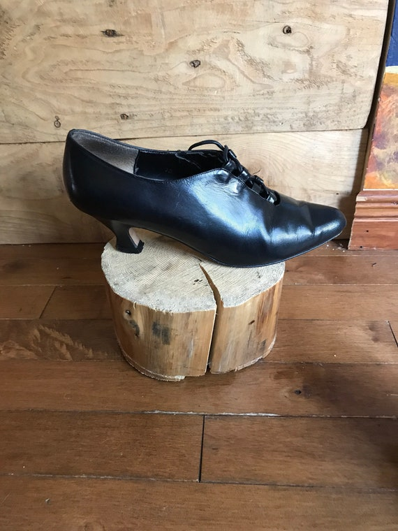 Vintage women's shoe - black leather lace-up women