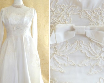 1950s Vintage Wedding Gown with Cathedral Train / Alencon Lace / Covered Buttons / Midcentury Modern Bridal Gown / Vintage 50s Wedding Dress