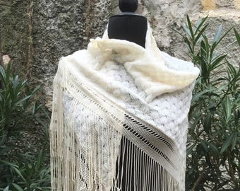 Vintage white shawl of the 70s with fringe