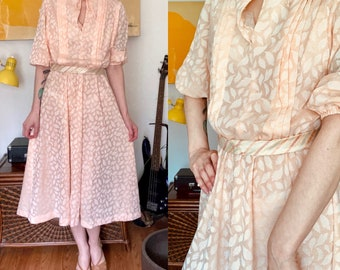 Vintage 1970s peach white feather pattern//pleated front// elastic sleeves//tie front//sheer day dress