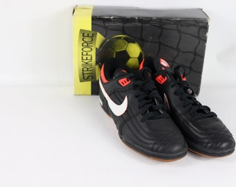 dcbe0ba4ca62 90s New Nike Attackspeed Spell Out Indoor Soccer Shoes Trainers Mens 8.5,  90s Nike, 90s Nike Shoes, 90s Nike Soccer, 90s Soccer, World Cup