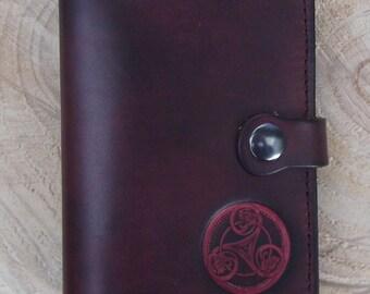 4b4efa0fe3e Portefeuille en cuir , triskell numéro 1,couleur Prune(16 coloris au choix)  .