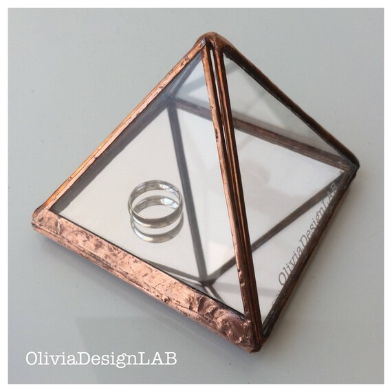Engagement ring box pyramid, engagement ring box, diamond jeweller, ring bearer display, geometric jeweller glass box.
