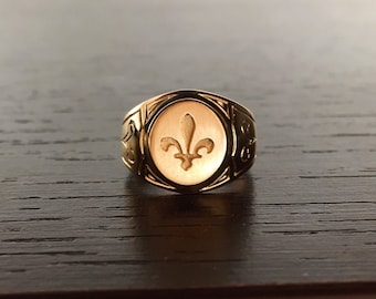Yellow Gold Signet Ring 18 k makes hand flower Lily engraving