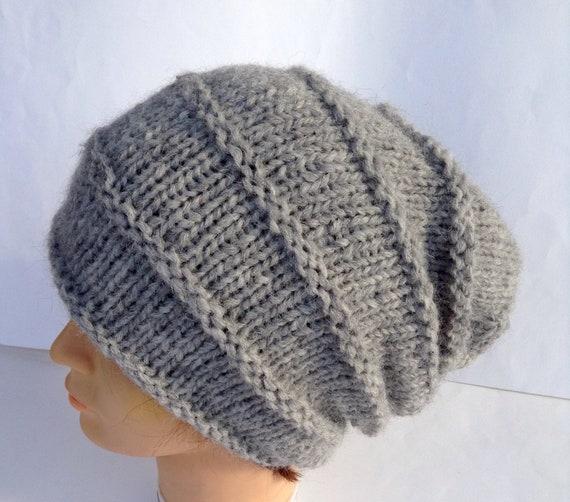 Cappello in morbida lana grigia ai ferri modello allungato  f1cd810bc51c