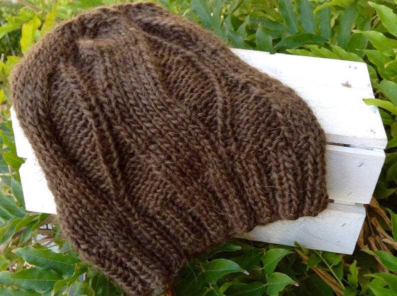 Berretto ai ferri in lana marrone lavorato con un motivo ad  13f30efeba15