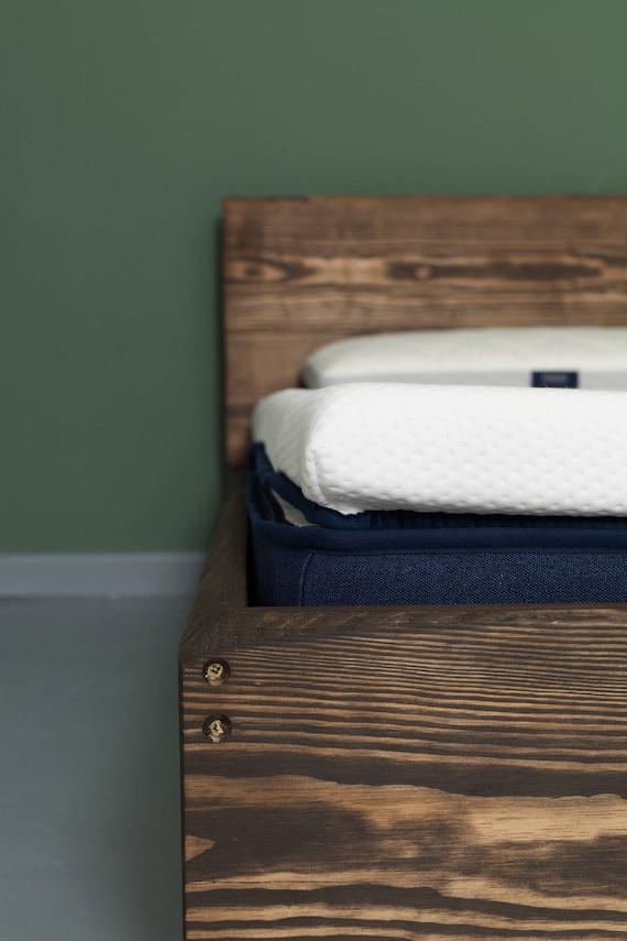 Puristisches Bett aus recyceltem Bauholz mit Rückenlehne | Etsy