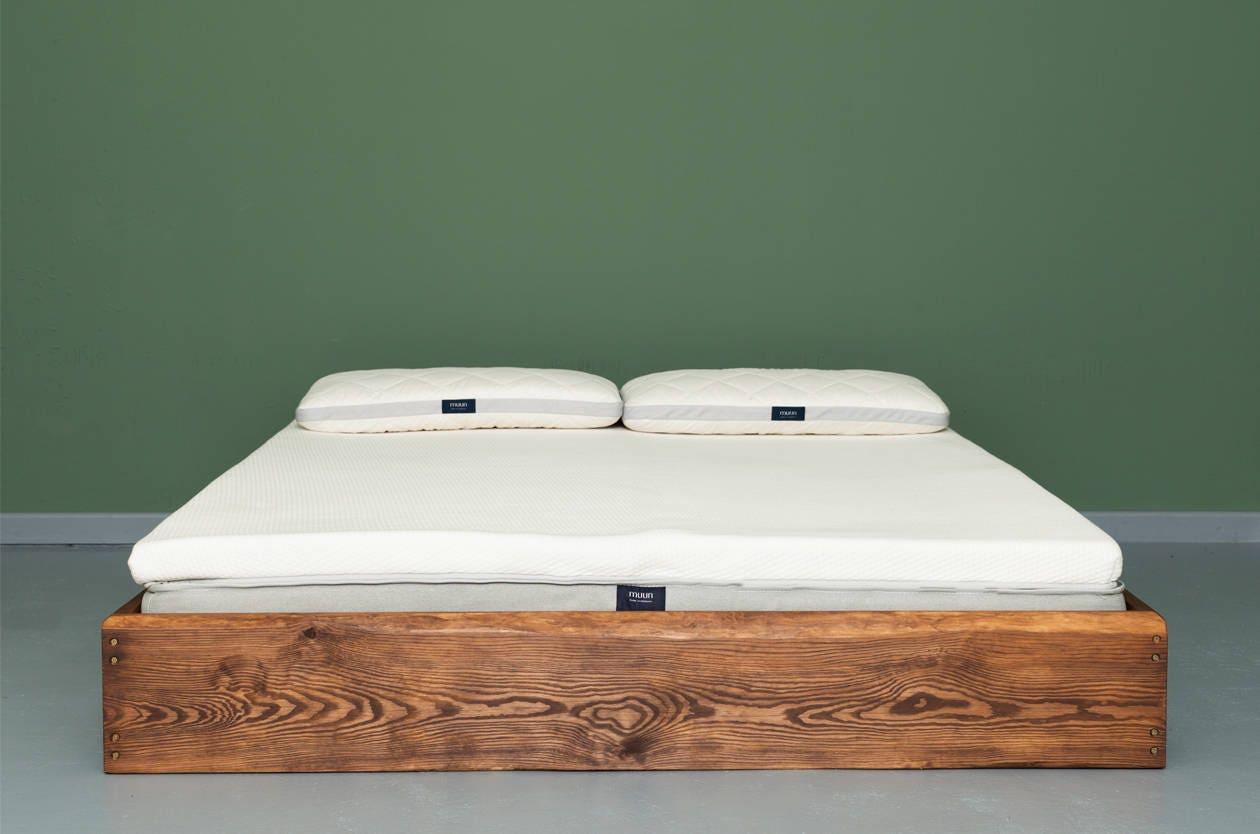 Puristisches Bett aus recyceltem Bauholz CÉRESTE