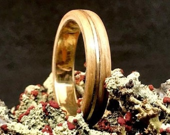 Gold and wooden wedding ring - A men wedding band made in whisky barrel - Handcrafted in Canada
