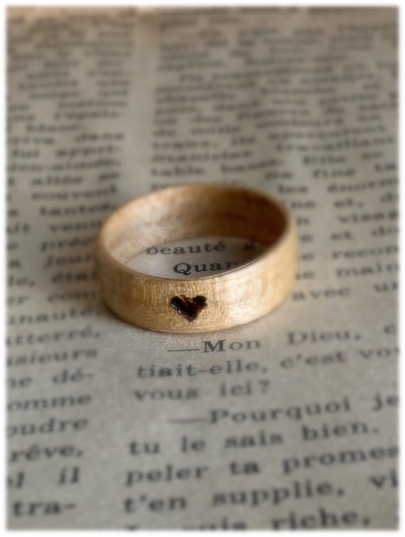 Pyrography wood wedding anniversary ring - A recycled maple wood ring from Canada - A personalized love ring - Handcrafted in Montréal