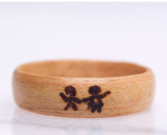 Wooden engagement ring with pyrography. Customizable wedding ring in recycled wood. Handcrafted in Montreal