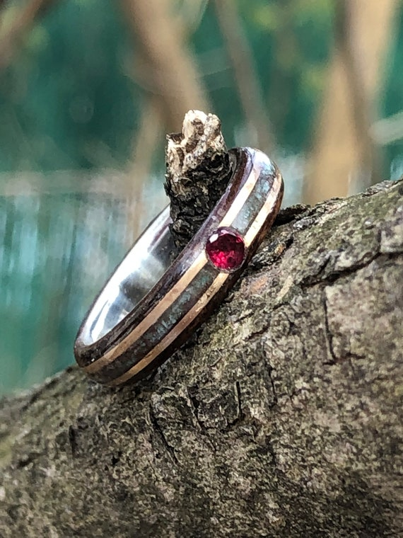 Red ruby and gold wedding ring - A silver line wedding ring made of gold 14k and gemstone - Handcrafted in Montréal
