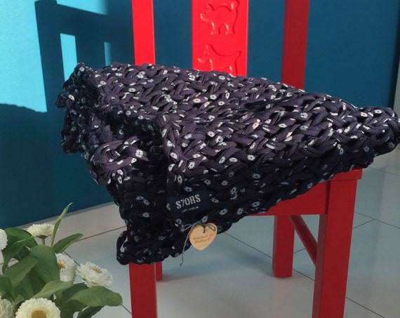 Sale! -20% Chunky knit blanket made out of original Zpagetti recycled cotton yarn. Dark blue with light blue flowers. size 70 x 100 cm (2,2