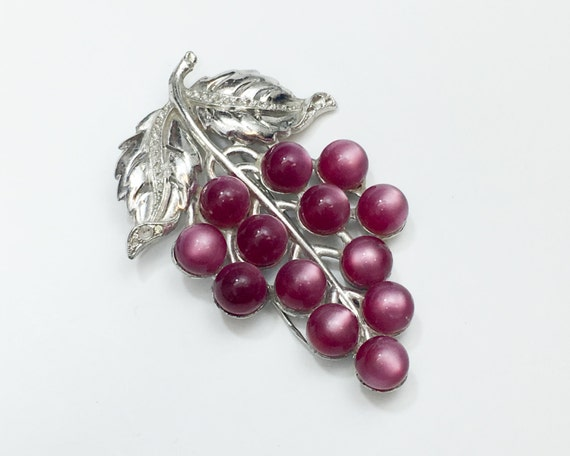 1940s Pink Grape Dress Clip   40s Magenta Grapes D