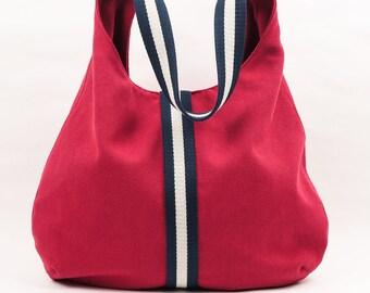 de8a62764 Bolso color rojo con tira marino y crema y bolsillos interiores. Bolso de  loneta de algodón color rojo