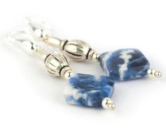 a643fe1ce89a Pendientes largos de Sodalita color azul con blanco y plata de ley de 55  mm