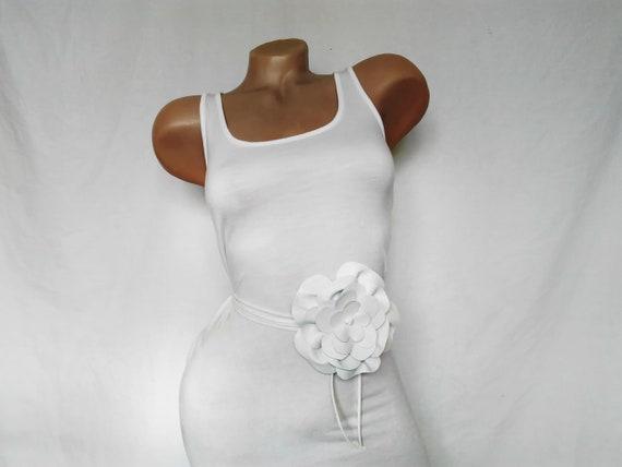 dd205bcf1f4a Cuir blanc fleur mariage corsage ceinture ceinture de robe de   Etsy