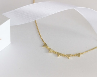 triangles necklace, little triangles necklace, tiny gold triangle necklace, minimal necklace, minimal jewelry, five triangles necklace