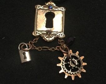 B80 STEAMPUNK pendant, fantasy, keyhole, bronze, cogs, wheels, watch parts, dangling gem