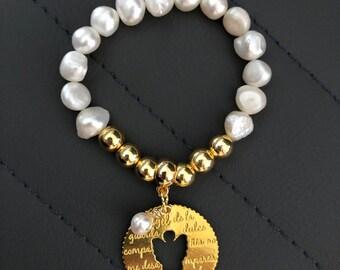c32c5dfdd943 Pulsera de perlas de agua dulce y hematita con charm de angel de la guarda