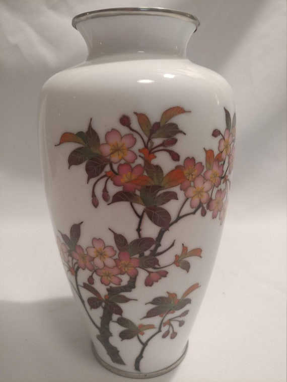 """FREE Shipping- 7-1/2"""" Tall, White Wireless Japanese Cloisonne Enamel Mantle Display Vase. Silver Rims & Cherry Blossom Motif. BEAUTIFUL!"""