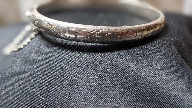 Vintage Sterling Silver Bangle Bracelet with Hinged Clasp /& Safety Clasps FREE SHIPPING See Item Description! Etched Floral Pattern