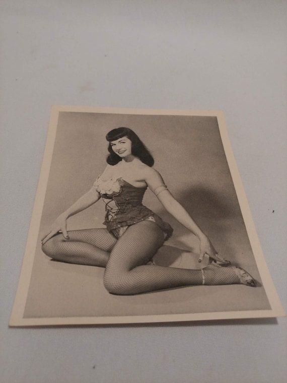 FREE SHIPPING- Original 1950's Bettie Page Pin-Up Half Tone Photograph #31.