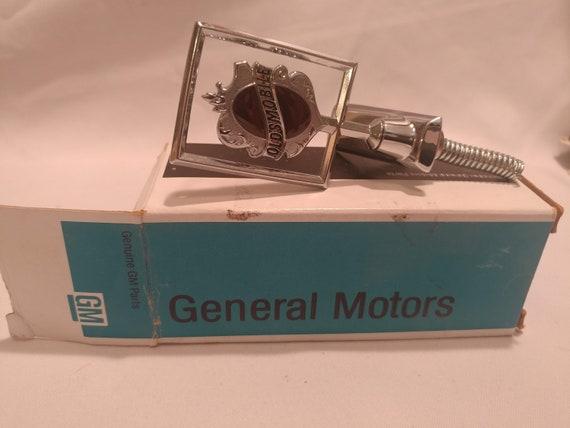 FREE SHIPPING- Genuine GM Parts Cutlass Oldsmobile Hood Ornament. Original Box. 75G9- #22515356. GR1.303
