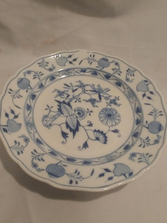 "Vintage Meissen Fine China 9-3/4"" Diameter Dinner Plate. Great Condition. Blue Crossed Sword Hallmark on Back. Blue Onion Floral Motif"