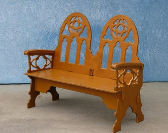 Charmant Medieval Window Backed Love Seat