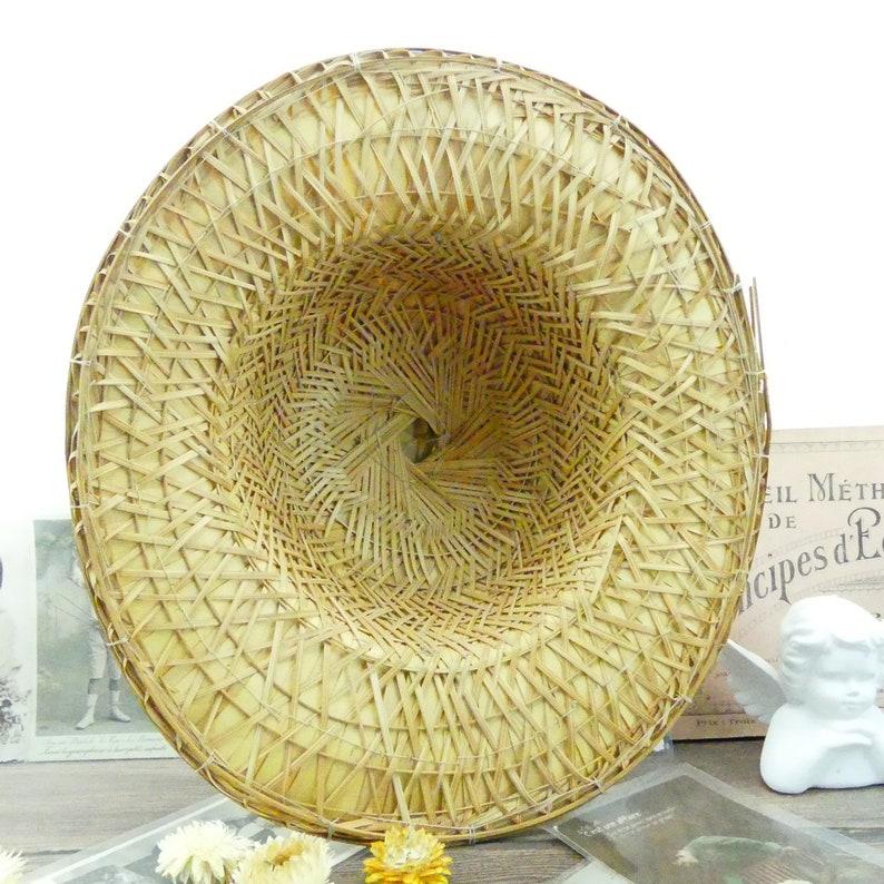 Coloniale cappello grande nella campagna francese di bambù  c6285dceb73e