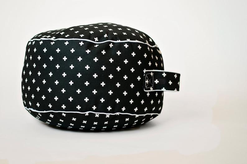 Kussen Voor Peuter : Zwarte mini zwitsers kruis vloer kussen peuter kussen poef etsy