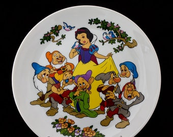 Vintage (1980) Goebel Snow White and the Seven Dwarfs collector wall display plate made in Germany. Goebel Disney Collection.