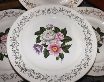 Early mid-century (1940s) British Empire Ware Bouquet pattern luncheon plate. 22-karat gold floral filigree, multicolor floral center.
