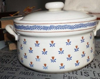 Vintage (1982) Sanyei Country Field covered stoneware casserole. Oven-to-table.  Brown flowers, blue laurel and leaves. Made in Japan.