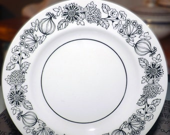 Set of 3 vintage (1970s) Grindley Manitou bread-and-butter, dessert, or side plates. Bold black-and-white flower power pattern.