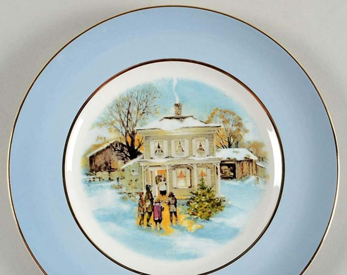 Vintage (1977) Wedgwood for Avon decorative Christmas plate Carollers in the Snow.
