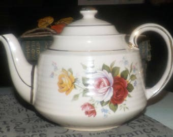 Early mid century (1940s) Sadler 3498 hand-decorated teapot. Red, pink, yellow roses, gold edge and accents, ribbed body. Flawed (see below)