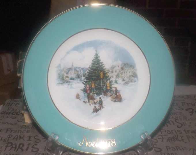 Vintage (1978) Wedgwood first-edition French Christmas plate featuring a Christmas Village Trimming the Tree Festival in center. Gold edge.