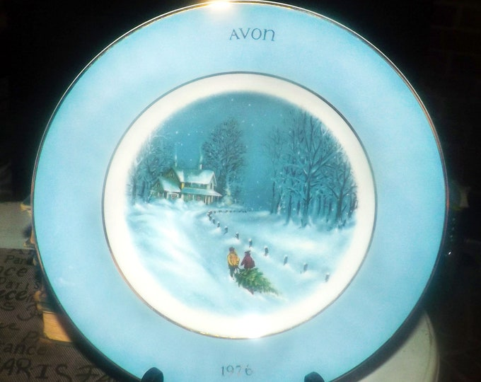 Vintage (1976) Wedgwood Christmas series first-edition plate Bringing Home the Tree. Fourth in the series made exclusively for Avon.