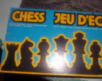 Vintage (1978) Hoyle Chess Set No. 8182. Made in Canada. Well-crafted, heavy plastic pieces, felted bottoms. Complete.