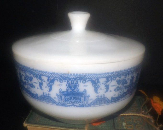 Early mid-century (later 1940s-1950s) Federal Glass USA Willow Blue blue-and-white 2.5 qt covered vegetable serving bowl.