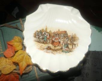 Early mid-century (1940s) Lancaster Sandland   Sandland Ware Ye Olden Days shell-shaped trinket   pin   nut dish. Tudor-era street scene.