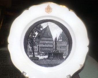 Vintage (1970s) Villeroy & Boch Dresden Limited Edition plate. Central image of Hildeshiem Knochenhauer Amtshaus hotel, gold Boch emblem.